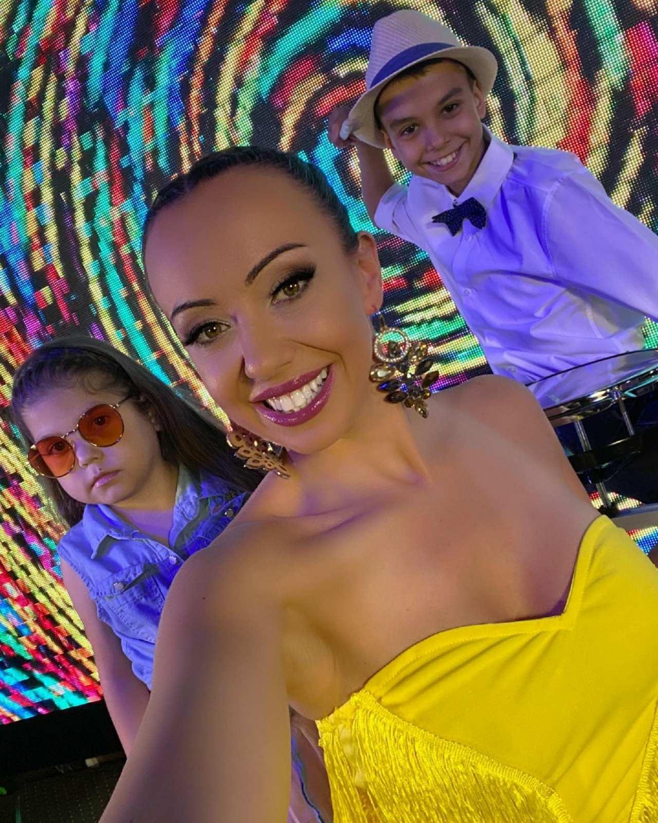 Мира пее на пет езика в новата си песен